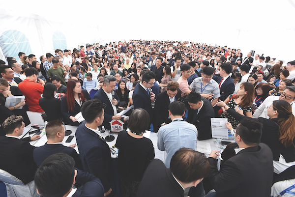 The crowd at Avenue South Residence on launch weekend in September, where 437 of 1,074 units (41%) have been taken up (Photo: UOL Group)