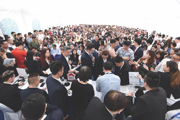 在9月上市的那个周末,南峰雅苑里挤满了人,1,074套单位中有437套(41%)已被售出(图片:华业集团(UOL Group))。
