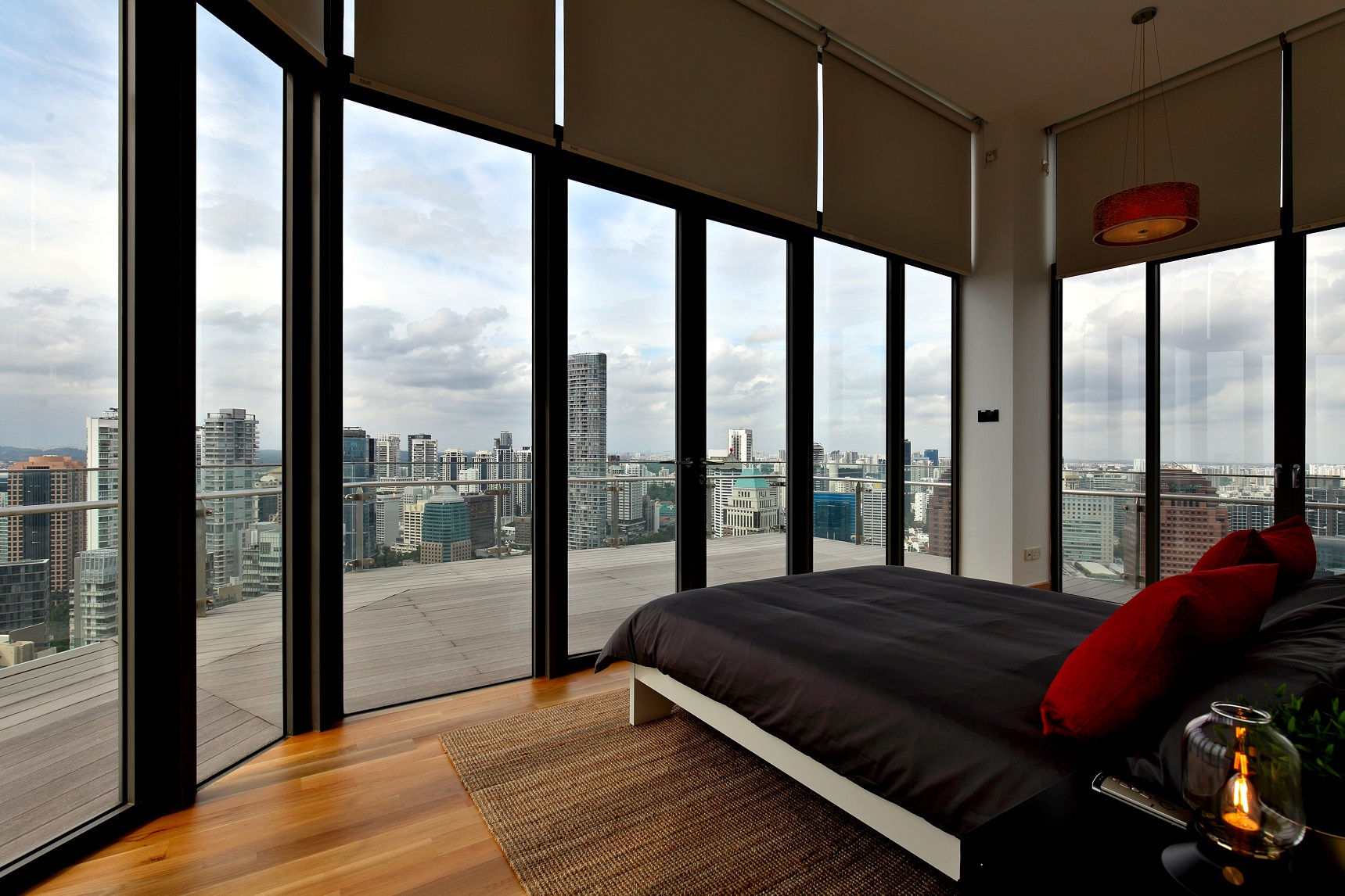 从水晶阁的复式顶层公寓主卧俯瞰乌节路(图片:Samuel Isaac Chua/EdgeProp Singapore)