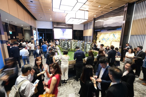 Crowd at Leedon Green preview on Jan 3 (Photo: MCL Land-Yanlord Land) - EDGEPROP SINGAPORE