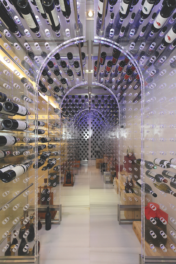 可容纳2000瓶酒的定制葡萄酒展示台(图片来源:Samuel Isaac Chua/Edgeprop Singapore)