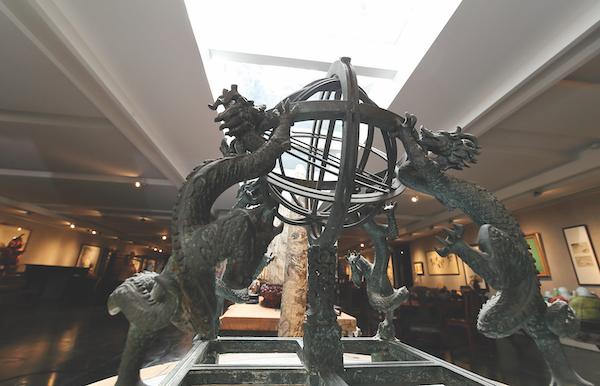 他的藏品中有一件明代的浑天仪,这是一种中国古代的天文仪器(图片:Samuel Isaac Chua/Edgeprop Singapore)