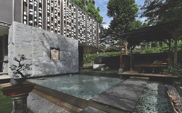 这栋洋房的外立面是不锈钢的,上面有带孔的面板,用于搭配唐代城市里用来装饰大理石栏杆的大理石立柱。 (照片: Samuel Isaac Chua /Edgeprop Singapore)