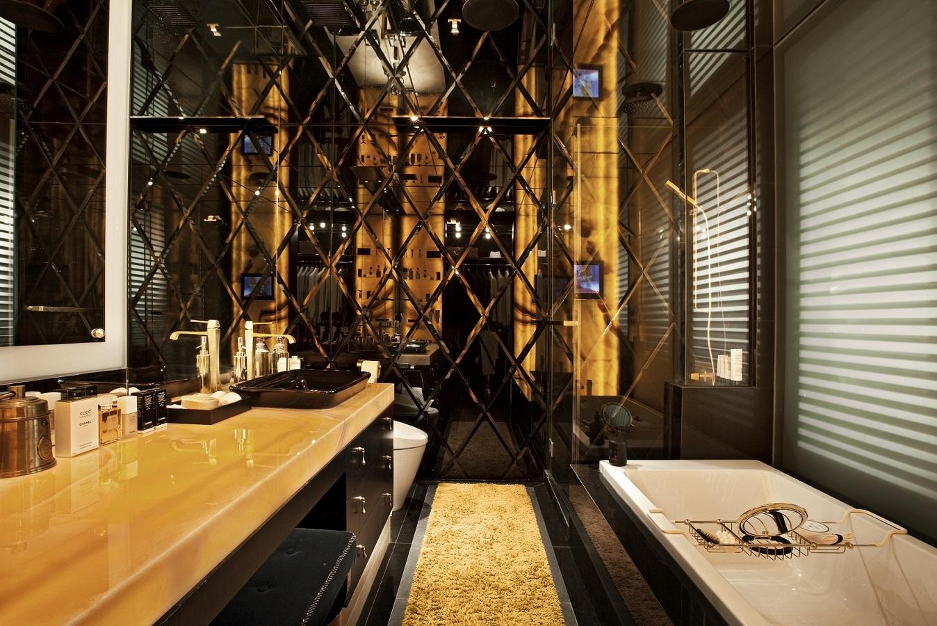 主浴室的设计让人感觉像一个琥珀洞穴,被发光的石头照亮。(图片来源: Kri:eit Associates)