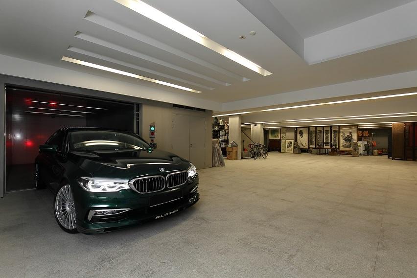 地下室停车场配有电梯和可容纳12辆超级跑车的停车位,其中包括劳斯莱斯和宾利(图片来源: Samuel Isaac Chua/Edgeprop Singapore)