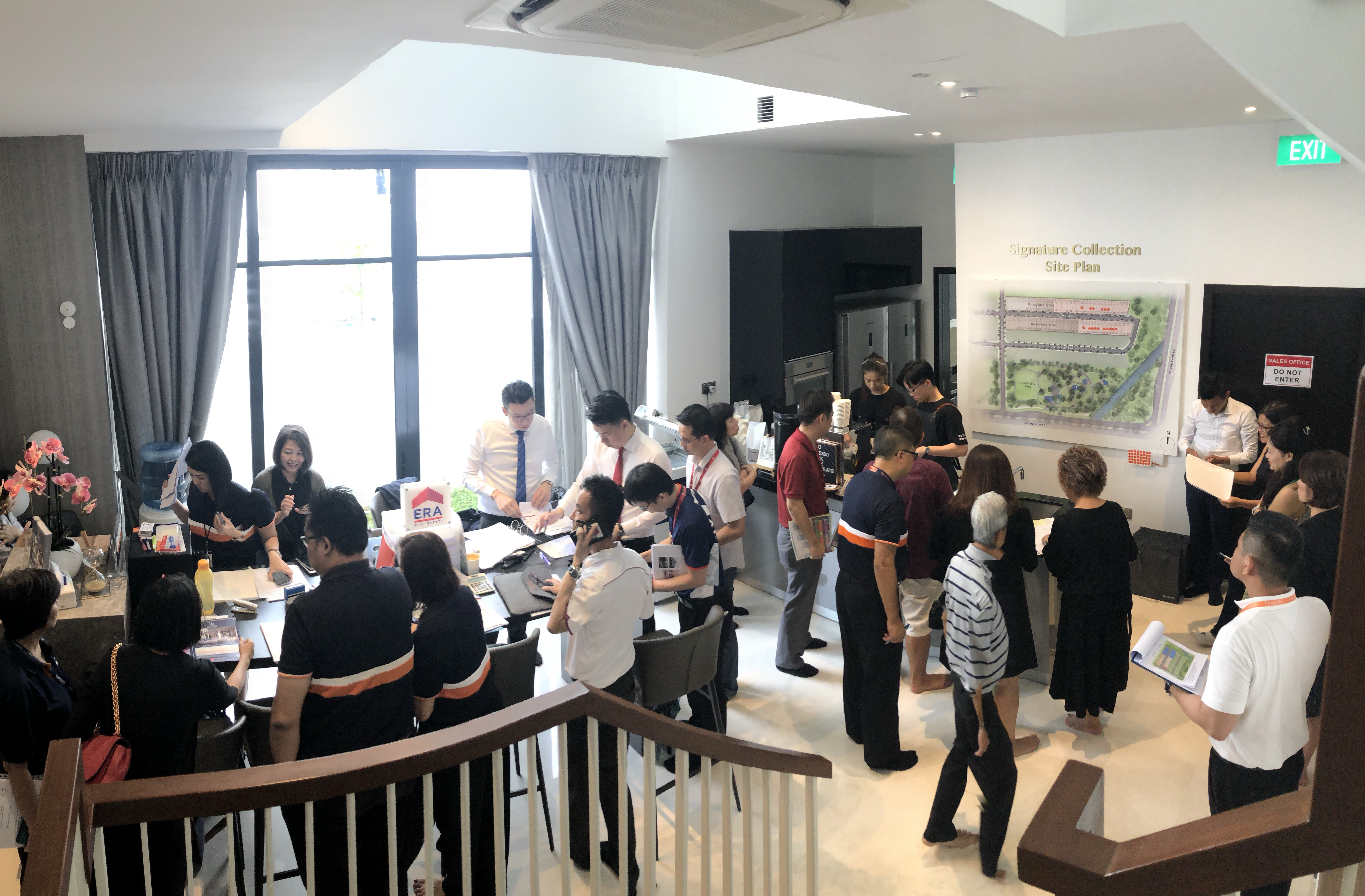 BUKIT SEMBAWANG ESTATES - The crowd in one of the show houses at the Signature Collection in Luxus Hills (Credit:  Bukit Sembawang Estates)