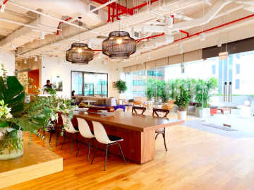 WeWork 9 Battery Road comes with a roof terrace boasting views of Marina Bay and a mini-golf zone (Photo:WeWork)
