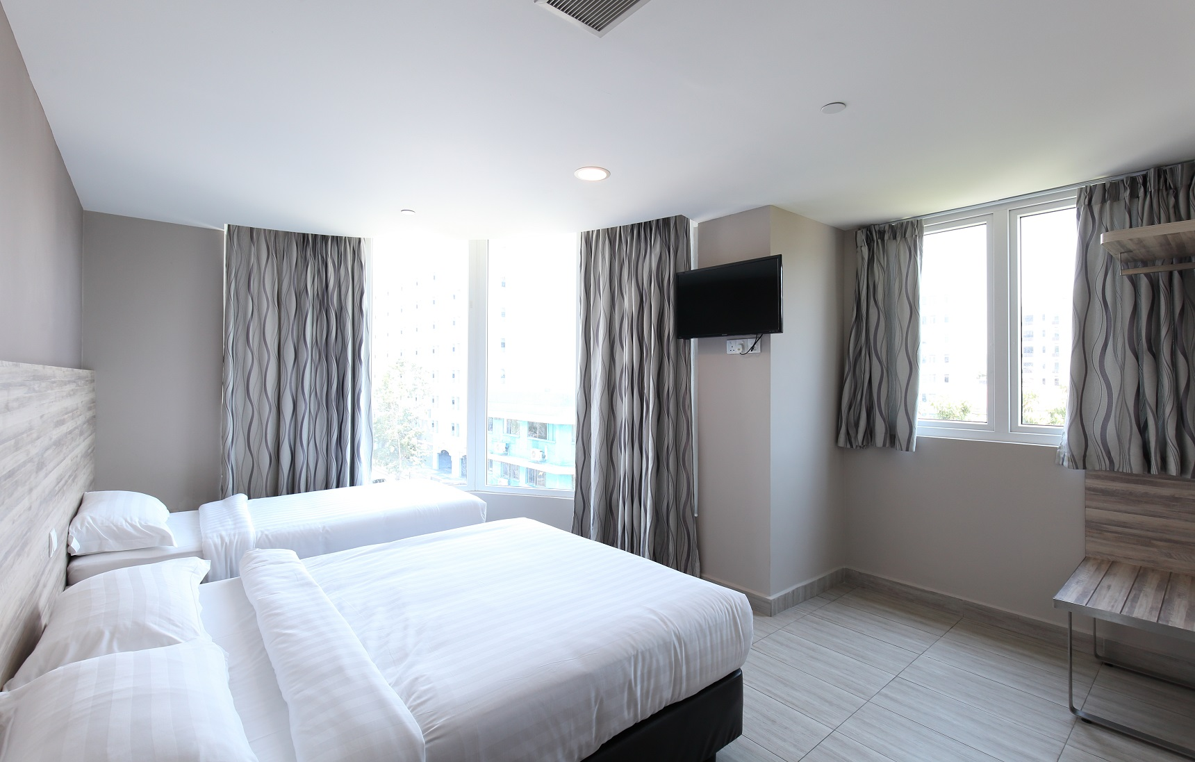 """One of the biggest rooms among the hotels in Geylang is the one at ibis budget Crystal which has a 270-degree corner view and which has been dubbed """"The Orchard Road of Geylang"""" (Photo: Samuel Isaac Chua/EdgeProp Singapore) - EDGEPROP SINGAPORE"""