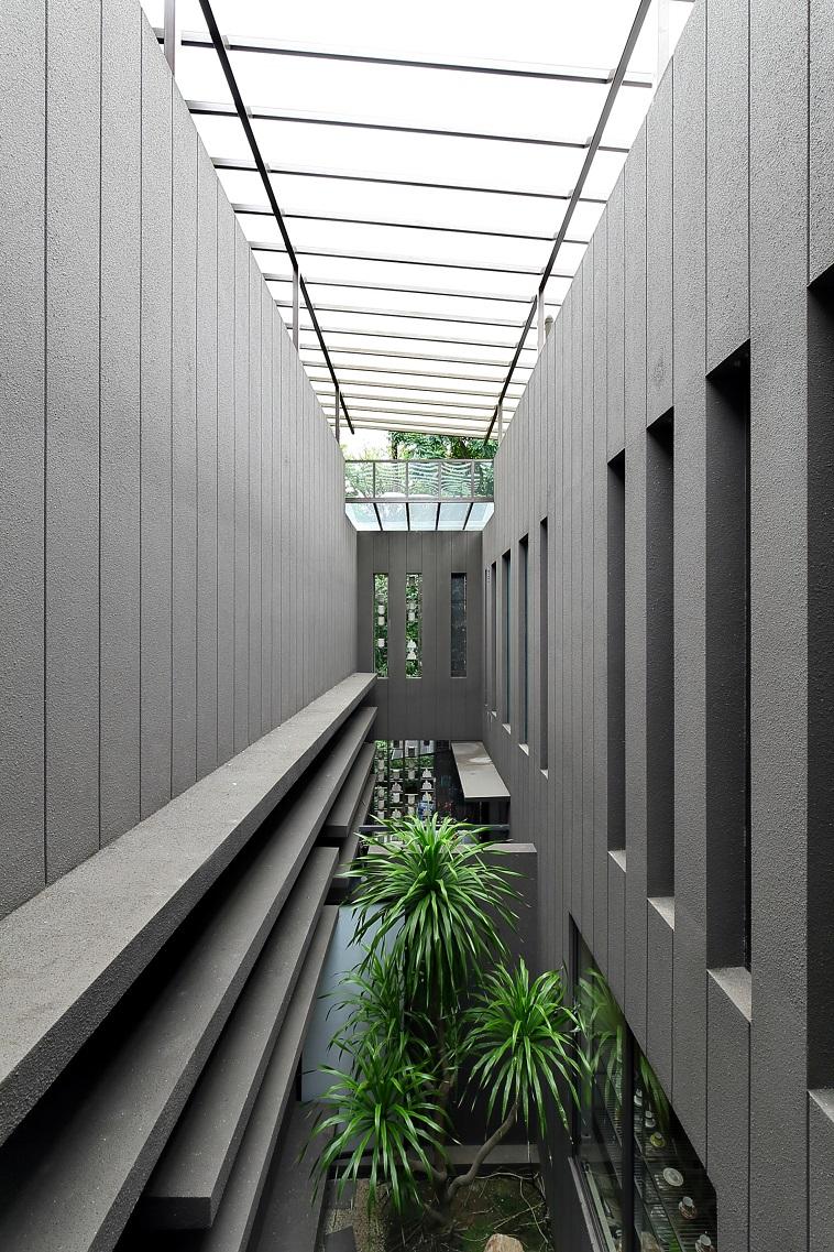 优质洋房被设计成两栋建筑——私人住宅和陈列廊区,中间被庭院花园隔开,但在高层与桥梁相连(图片来源:Samuel Isaac Chua/Edgeprop Singapore)