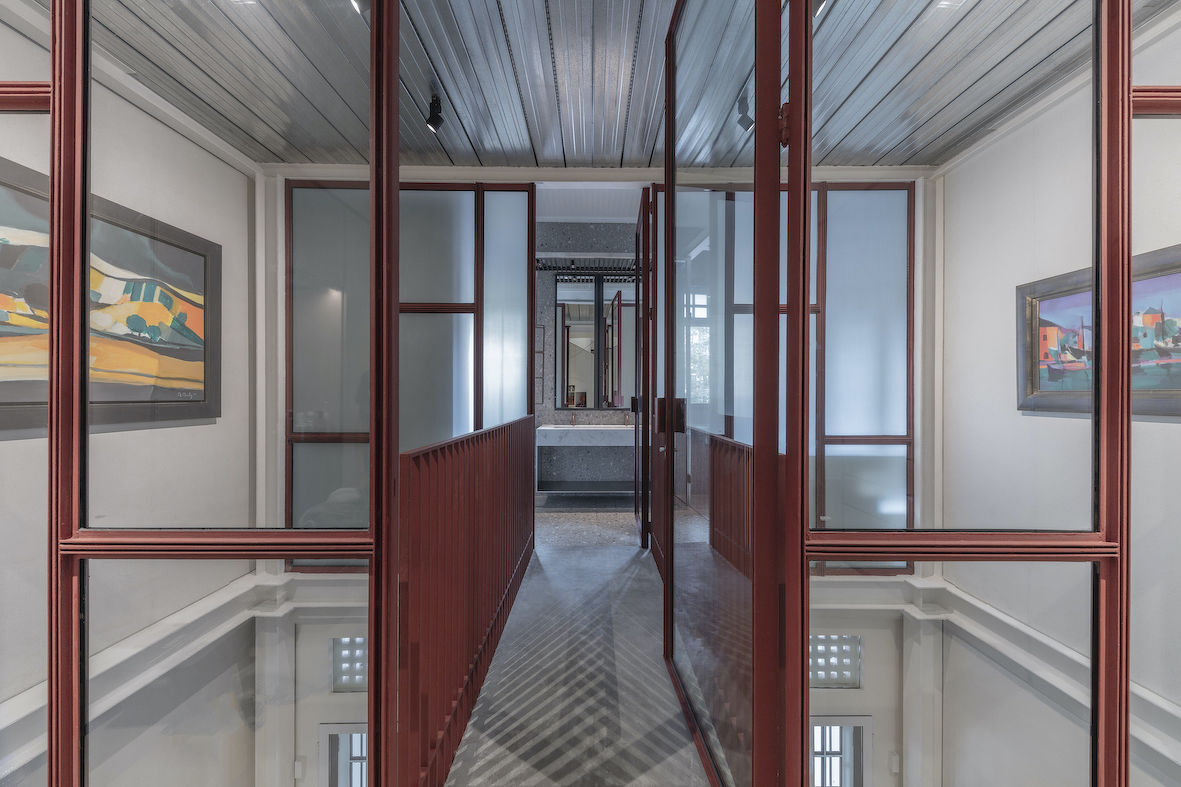 """The bridge serves as """"a horizontal link"""" between the master bathroom situated at the front of the house on the second level, and the walk-in wardrobe, with the master bedroom beyond (Photo: Masano Kwana)"""