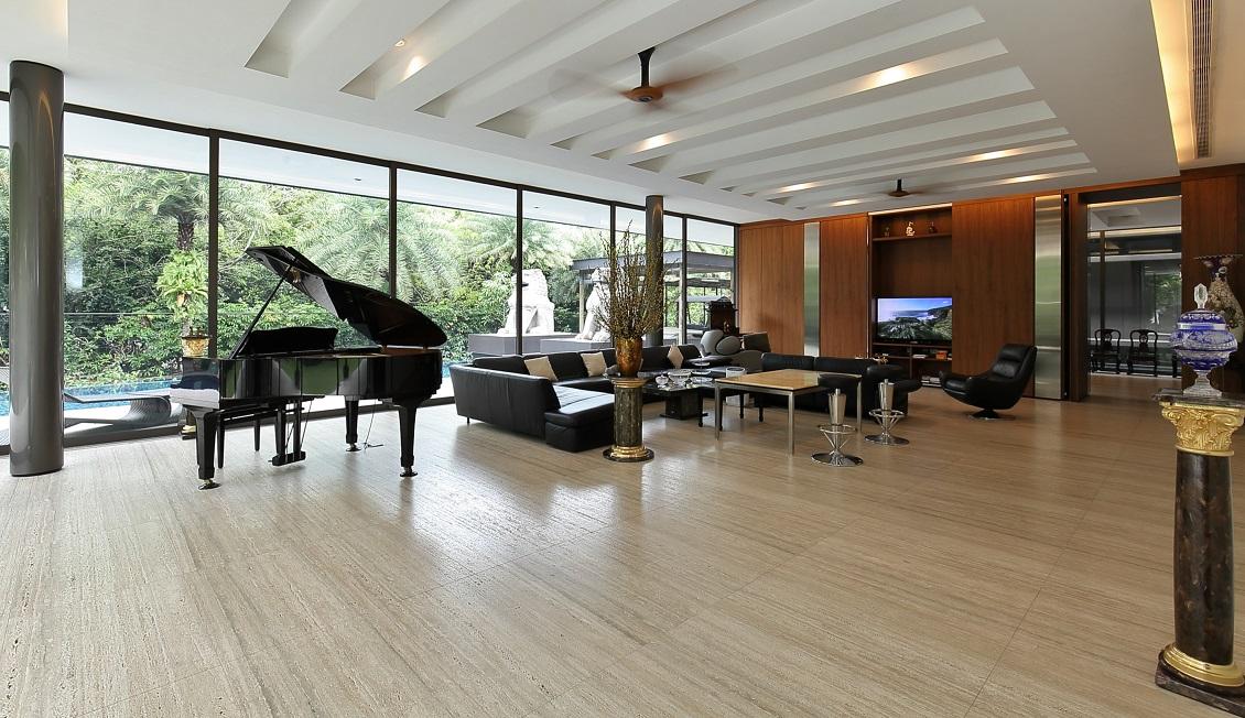 二楼有宽敞的客厅,带全高玻璃推拉门,可通向游泳池(图片来源: Samuel Isaac Chua/Edgeprop Singapore)