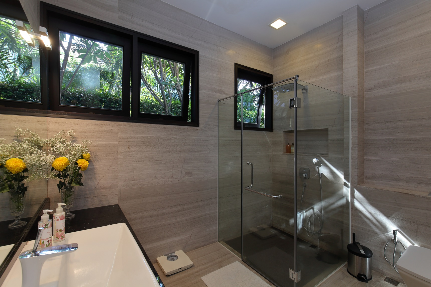 En suite master bathroom and all the other bathrooms in the house were newly refurbished by the owner (Photo: Samuel Isaac Chua/EdgeProp Singapore)