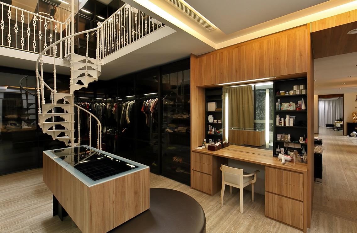   双层衣柜区, 古色古香的铸铁旋转楼梯(图片来源:Samuel Isaac Chua/Edgeprop Singapore)