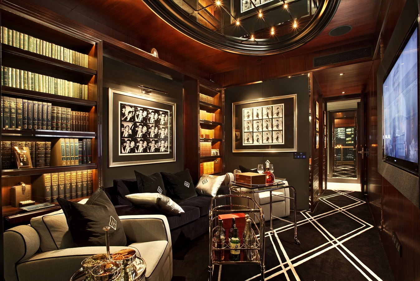 媒体室的设计就像一个私人男孩俱乐部,是喝威士忌和抽雪茄的理想之地。晚上,沙发床可以拉出来,这样它就变成了一间客房(图片来源: Kri:eit Associates)