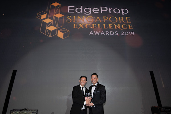 Liam Wee Sin, group chief executive (left), who accepted the Top Developer Award on behalf of UOL Group at EdgeProp Singapore Excellence Awards 2019 (Photo: Albert Chua/EdgeProp Singapore)