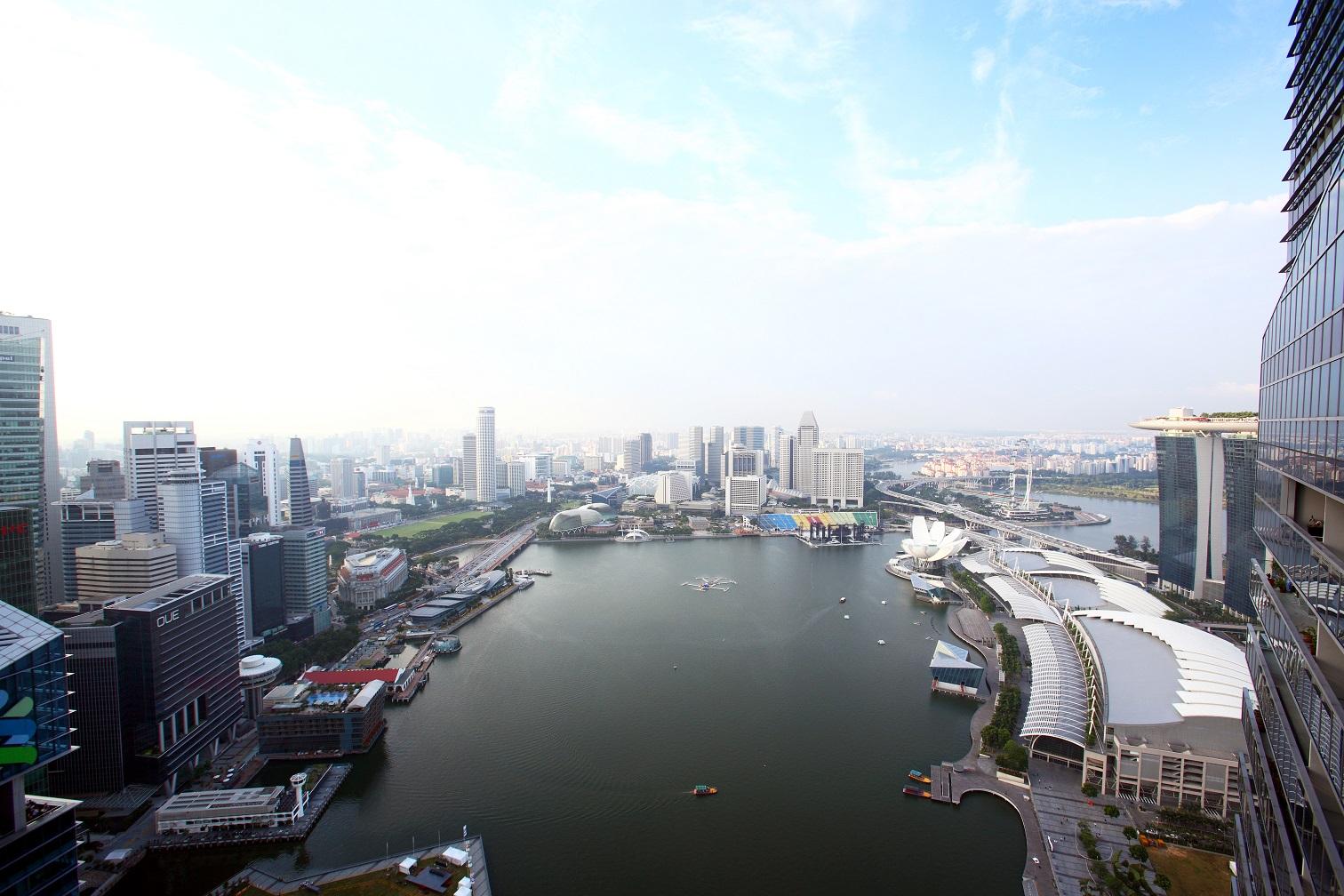 从滨海湾住宅(Marina Bay Residences)的其中一个高层单位俯瞰滨海湾(图片来源:Samuel Isaac Chua/Edgeprop Singapore)