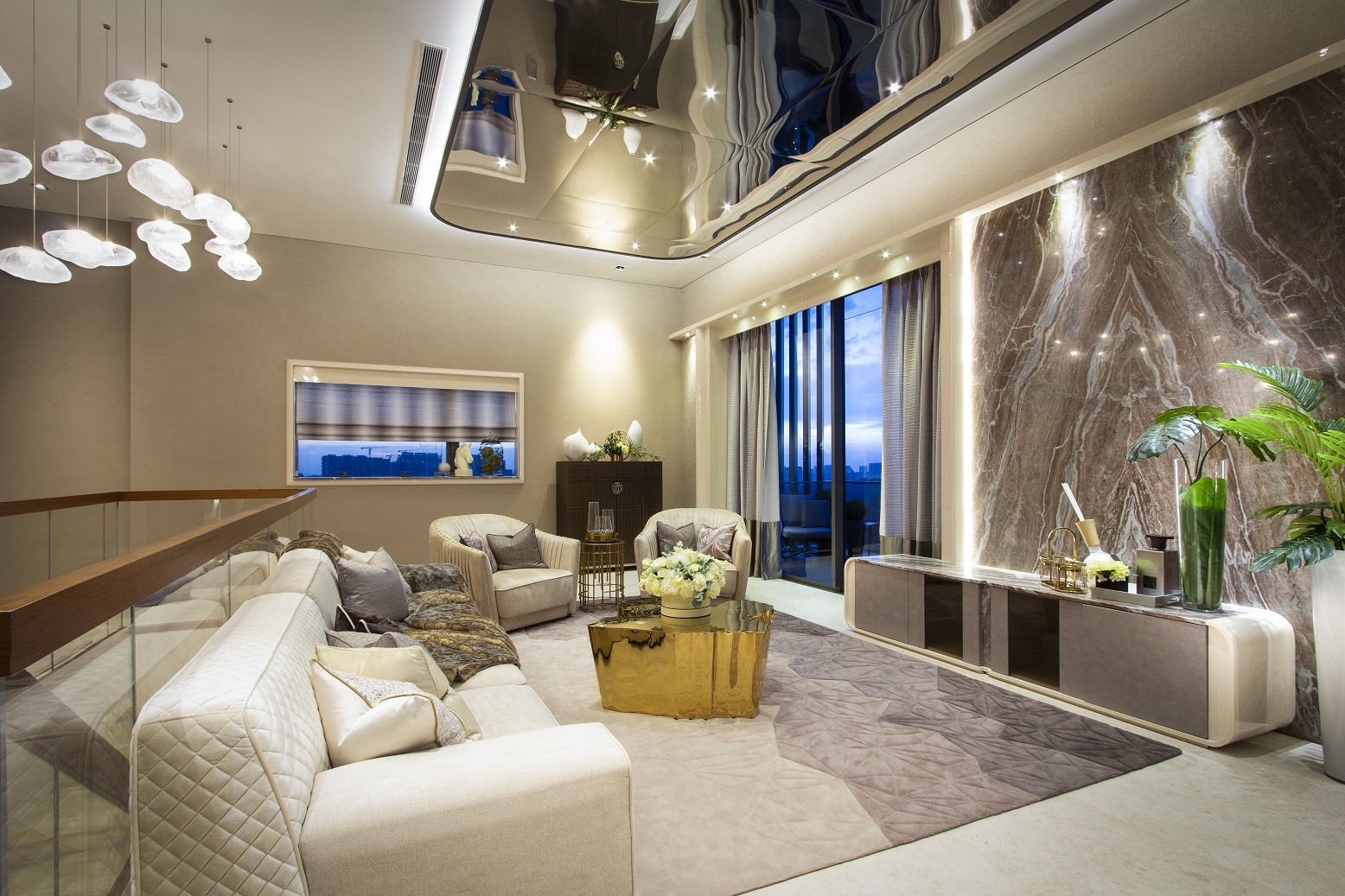 这套五卧复式顶层公寓(6,555 平方英尺)的客厅,由 SuMisura 负责装修设计(照片来源: SuMisura)。