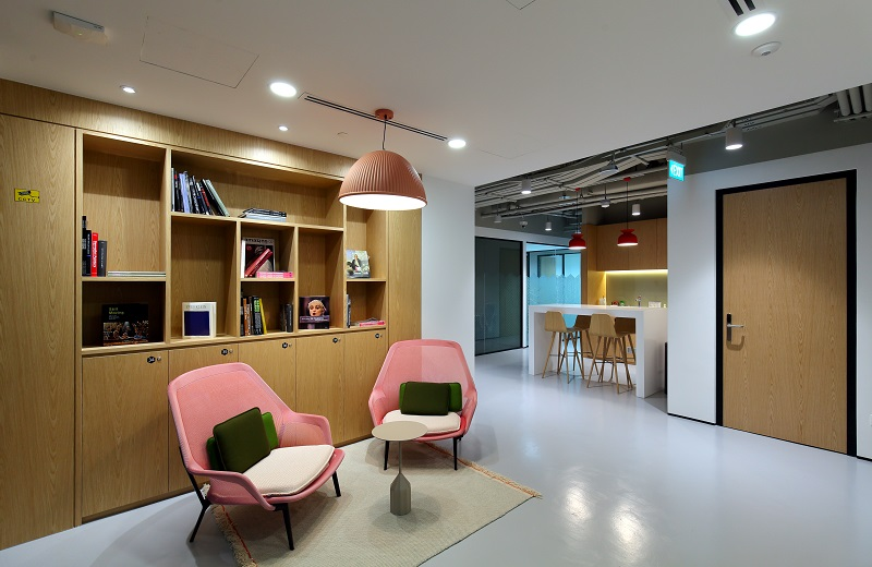 IWG - Common sitting area at Spaces One Raffles Place (Credit: Samuel Isaac Chua/EdgeProp Singapore)