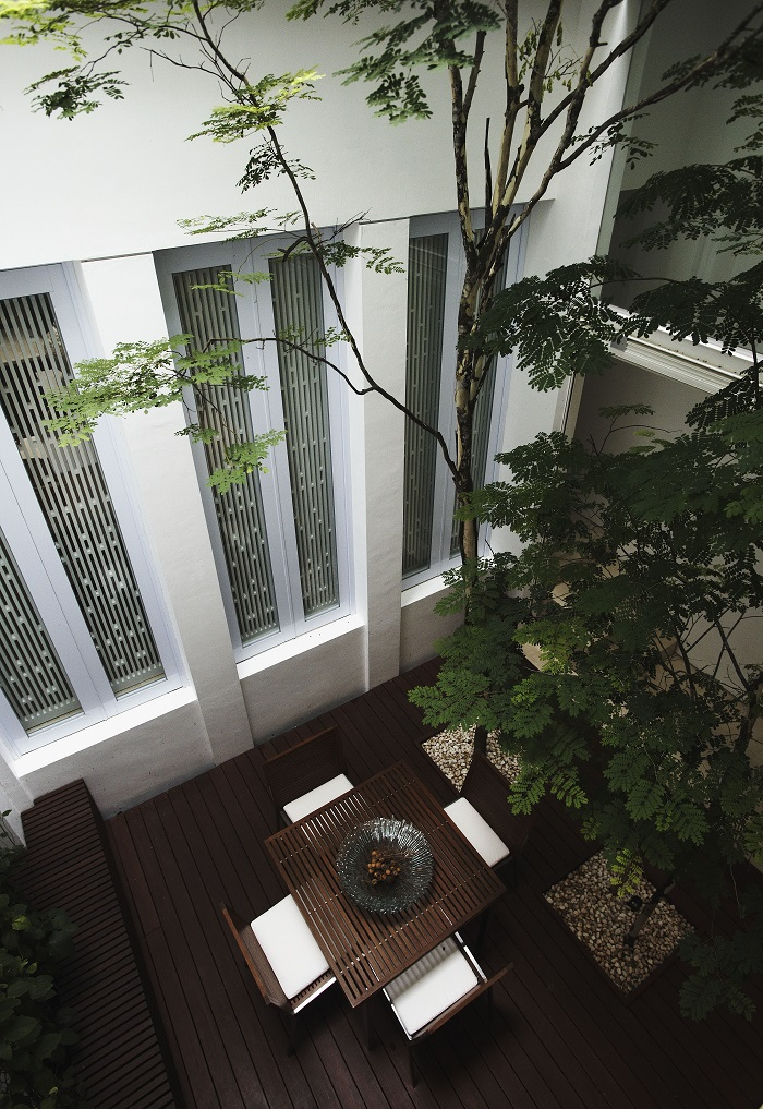 CAIRNHILL - The indoor courtyard that links to the kitchen on the first floor
