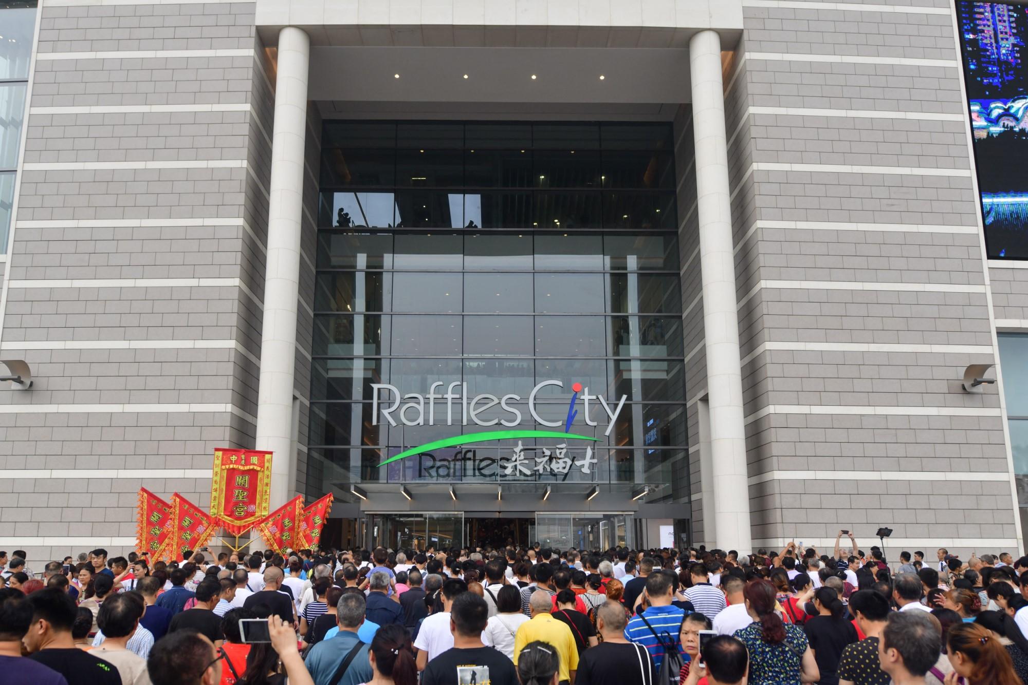 Raffles City Chongqing opening crowd (Credit: CapitaLand)