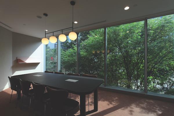 在罗拔申码头(Robertson Quay)的飞地,安装的落地窗能让自然光进入,视野开阔,可以看到外面的绿色植物(来源:Samuel Isaac Chua/ EdgeProp Singapore)。
