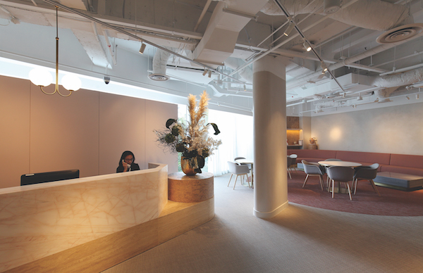 由Takenouchi Webb设计的Gather,用土粉色、白色和浅色木材的调色板装饰起来(来源:Gather)