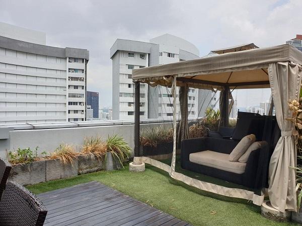 在公寓第三层建有一个屋顶露台,住户可以在这里招待他们的客人(来源: Edmund Tie)