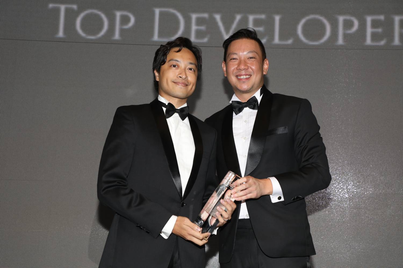 Kwek Eik Sheng, group chief strategy officer (left), receiving the Top Developer Award for CDL (Picture: Albert Chua/EdgeProp Singapore) - EDGEPROP SINGAPORE