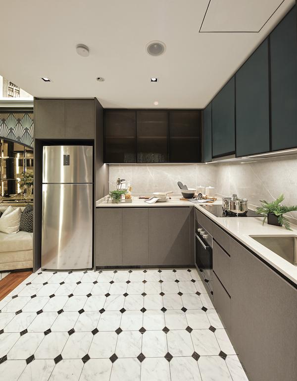 厨房的特点是纯深灰色的色调,而大理石瓷砖则用于背景。