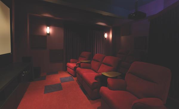 迷你剧院配有躺椅和隔音板。